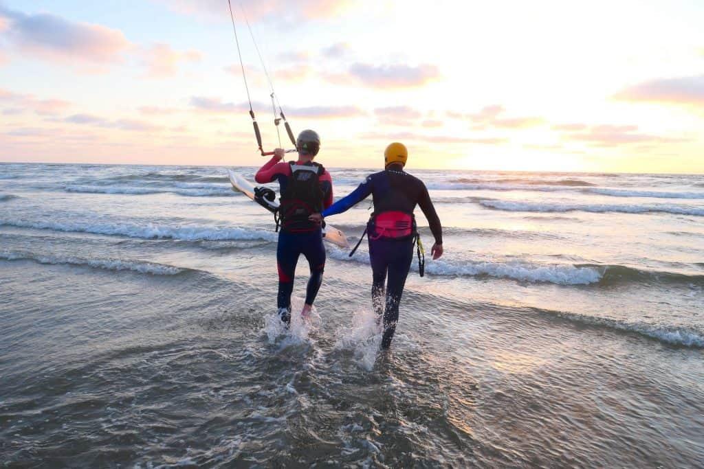kitesurfles aan zee